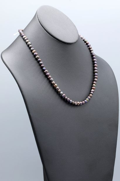 Collier de 84 perles d'eau douce teintées...