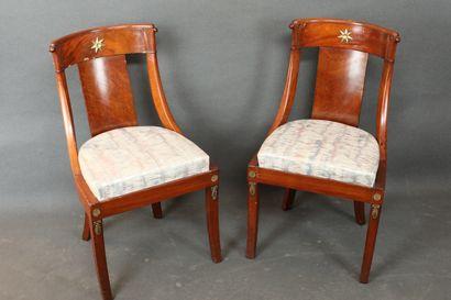 Paire de chaises de forme gondole en acajou...