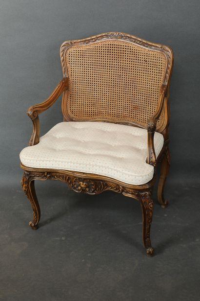 Large fauteuil en bois naturel, mouluré...