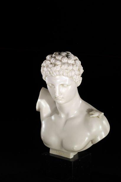 Buste d'Hermès d'après l'antique en poussière de marbre, reposant sur un socle en...