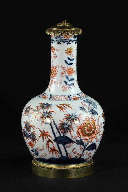 Vase monté en lampe en porcelaine à décor...