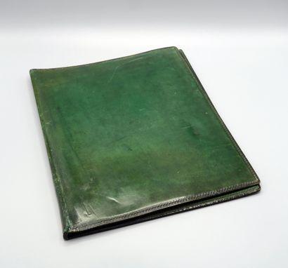 HERMES, Porte-documents en cuir vert marqué...