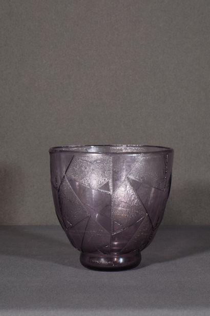 DAUM NANCY FRANCE. Grand vase en verre violine,...