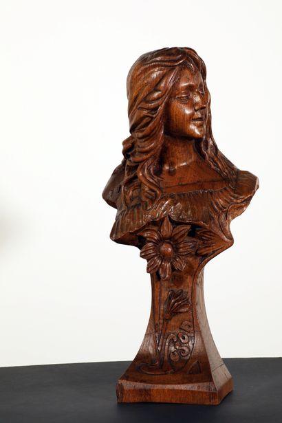 Buste de jeune femme en bois sculpté représentant...