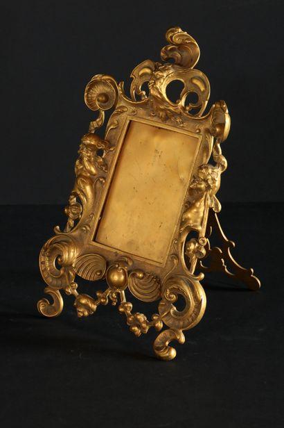 Cadre photo sur pied en bronze doré ajouré...
