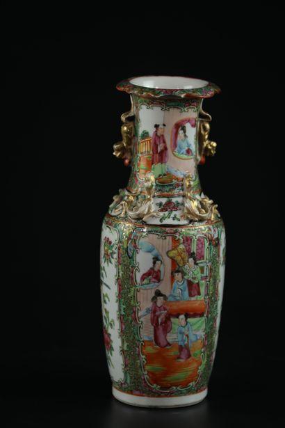 Vase en porcelaine de Canton à décor de cartouches représentant des personnages...