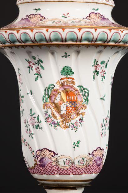 Paire de VASES COUVERTS en porcelaine de Samson, porte une marque au revers de chacun...