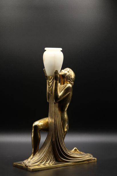 RAYMONDE GUERBE (1894-1995) Lampe en bronze doré figurant une femme agenouillée...