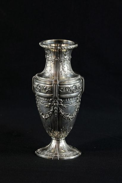 Vase en argent de style Louis XVI. Riche...