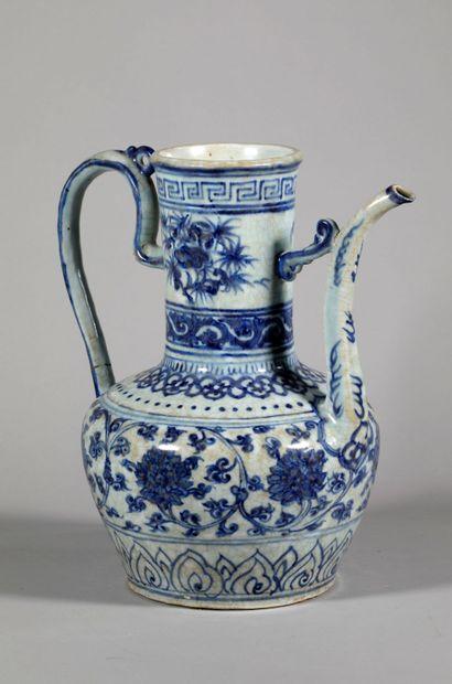 CHINE, XVème siècle. Grande verseuse en porcelaine...