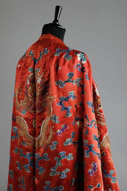 """""""CHINE, dynastie Qing , XIXème siècle. Manteau de cavalier jifu en soie brodée et..."""