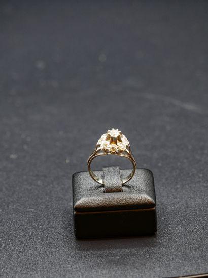 Bague en or blanc sertie d'un diamant central...