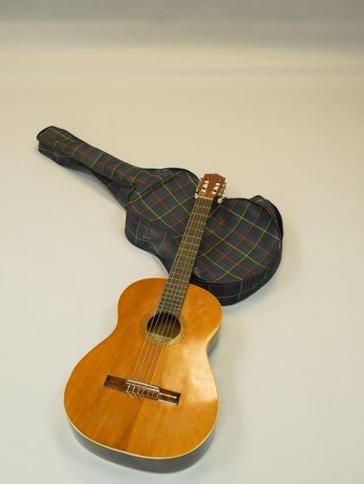 CASTELLUCIA. Guitare avec housse.