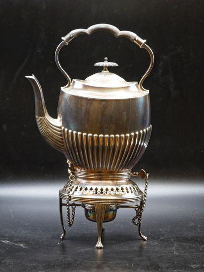 Réchaud à thé et théière en métal argenté....