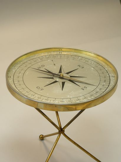 Petite table ronde ou guéridon tripode formant...