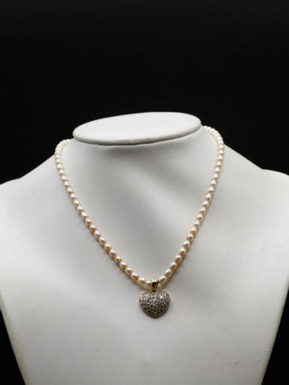 Collier en perles de forme ovale, fermoir...