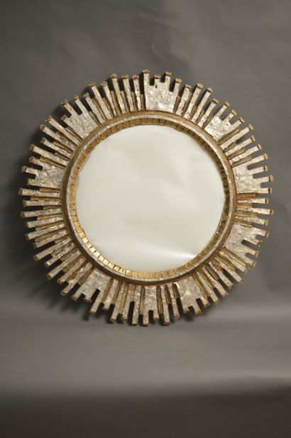 Line VAUTRIN (1913-1997)  Miroir «Solaire» à vue circulaire en talosel champagne...