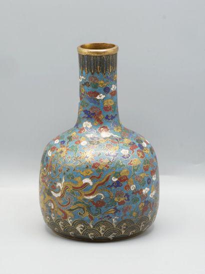 Chine fin Xxe siècle. Vase et émaux cloisonnés à décor de dragon sur un fond de...