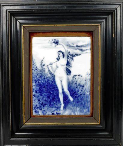 Femme nue aux fleurs.  Plaque en porcelaine...