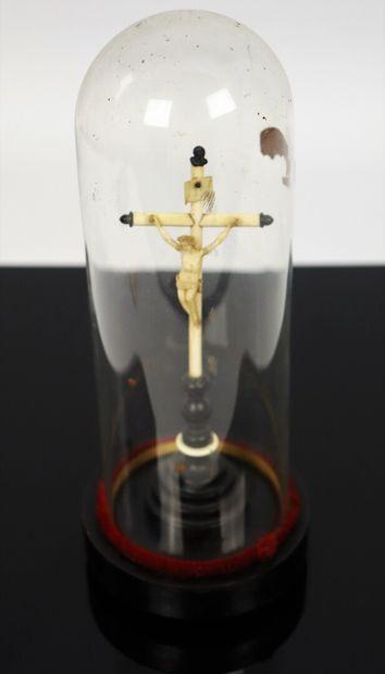 Crucifix en ivoire et ébène.  Epoque Napoléon...