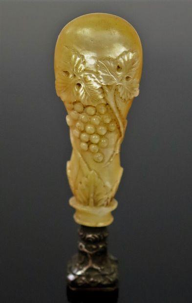 Cachet en nacre richement sculptée de pampres...