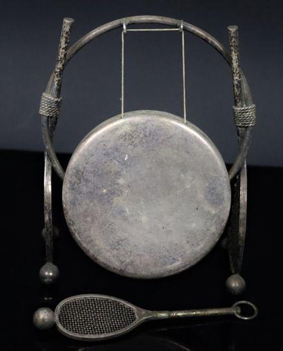 Gong de table en métal argenté à décor de...