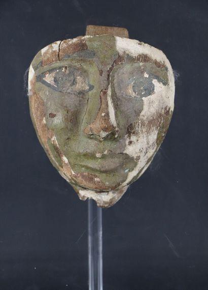 Masque de sarcophage en bois stuqué polychrome....