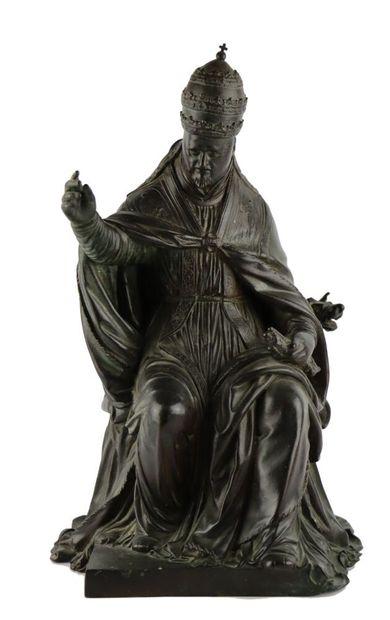 Groupe en bronze figurant un Pape bénissant,...