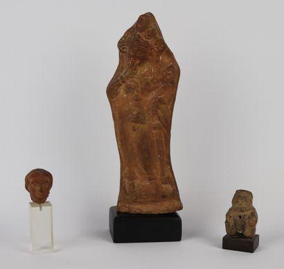Ensemble de statuettes antiques en terre...