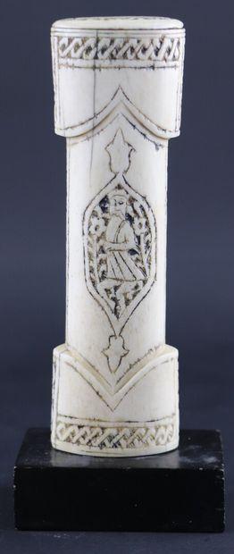 Poignée de poignard en os sculpté à décor...