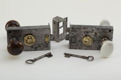 Lot de 2 serrures fin 19ème / début 20ème siècle : l'une complète de ses deux poignées...