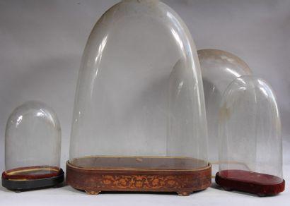 *Quatre globes bombés en verre et trois socles...