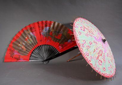 *Un grand éventail au décor de geishas et...
