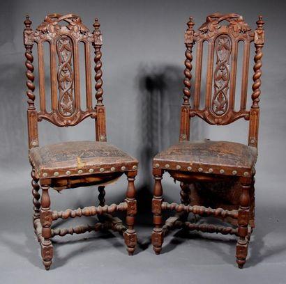 *Paire de chaises à haut dossier en bois...