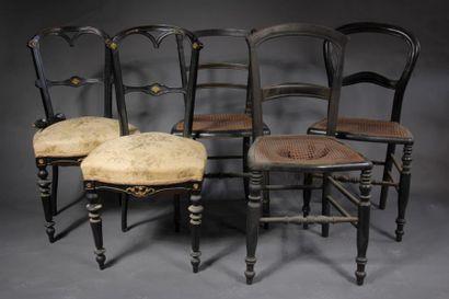 *Paire de chaises en bois noirçi à dossier...