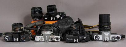 Lot d'appareils photos : - REVUEFLEX modèle SD1 avec obj. Auto revuenon 1:1,9 f=50...