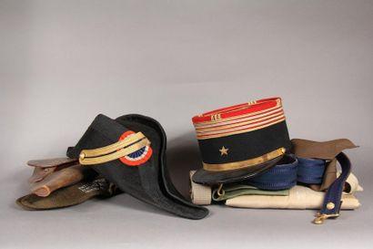 Important lot des objets militaires comprenant...