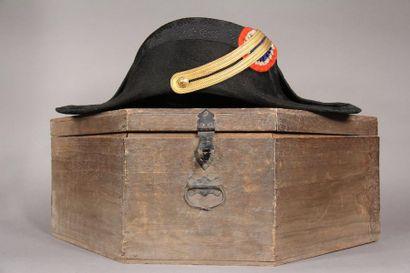 Important lot des objets militaires comprenant : un bicorne de polytechnicien dans...
