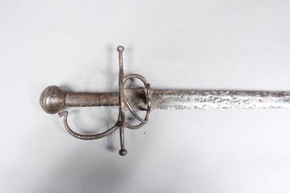 Epée d'arme, garde à quillons horizontaux, à trois brins et pommeau rond gravé sur...