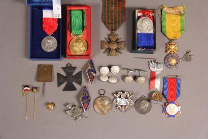 *Lot de décorations : - Médaille militaire...