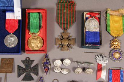 *Lot de décorations : - Médaille militaire 1870 (usures) - Croix de guerre 14-18...