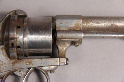*Révolver à barillet carcasse fermée et à broche. L : 23 cm.