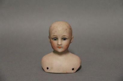 Tête buste de poupée de mode en porcelaine. Marquage sur le devant 0 et au dos SH...