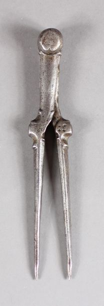 Compas en fer forgé, mouluré. XVIIe siècle....