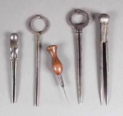Quatre compas en acier L : de 18 à 13 cm....