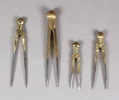 Quatre compas en acier et laiton L. de 11,5...