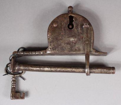 Cadenas en fer forgé et sa clé, XVIIème s....