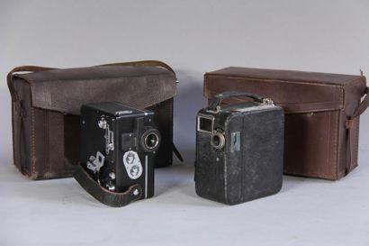 *PATHE Deux caméras dans leurs étuis en cuir...