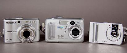 Lot de trois appareils photos numériques...
