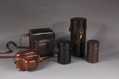 Deux étuis d'appareils photo en cuir et trois...